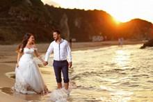 海边黄昏夕阳情侣婚纱照图片素材