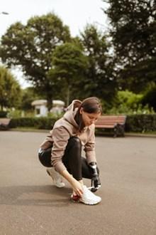 系鞋带的美女图片