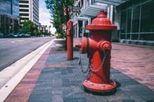 街上红色消防栓图片素材