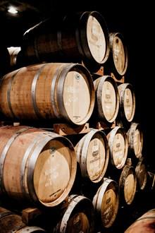 盛酒的木桶高清图片