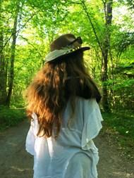 春天绿色树林美女背影图片