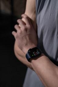 男人手腕上戴着智能手表图片大全