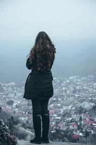 美女站在高处俯瞰城市图片素材