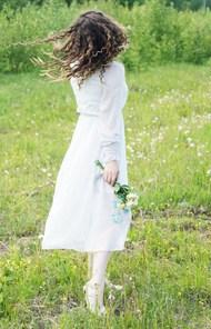 春天户外白色连衣裙美女高清图片