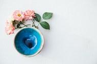 月季玫瑰和花瓶瓶口特写图片素材
