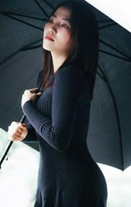 黑色针织连衣裙撑伞美女图片下载