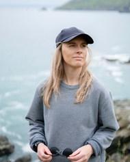 海边戴帽子的美女图片素材