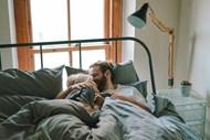 床上拥抱情侣图片素材