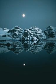 夜晚月亮雪山湖泊倒影精美图片