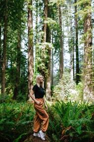 美女树林摄影写真高清图片
