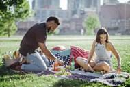 情侣户外野餐图片