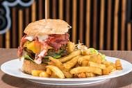 牛肉堡与炸薯条图片