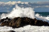 海洋巨浪拍打岩石图片素材