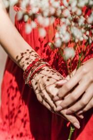手戴紅色手鏈飾品高清圖片
