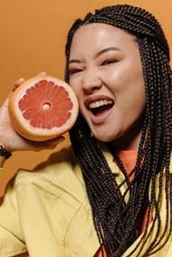 拿着柚子拍照的微笑女人图片大全