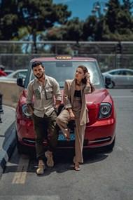 汽车前的情侣摄影图片素材