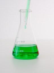 锥形瓶中的绿色液体高清图片