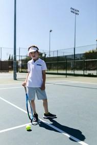 站在网球场上的网球男孩精美图片