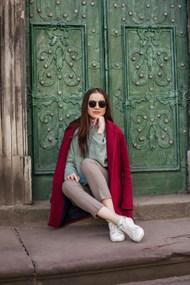 坐在石阶上的长发美女图片素材