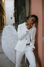 抽烟的男天使图片下载