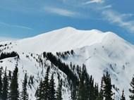 蓝天白云下的雪山精美图片