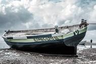 木船停靠岸边图片素材