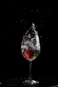 创意透明酒杯溅水图片