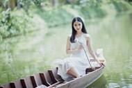 亚洲美女河上泛舟图片素材