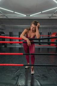 运动员疲惫的靠在拳击绳上精美图片