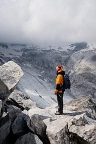 登雪山人物背影图片素材