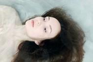 躺在水中的美女图片大全