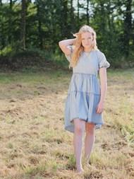 浅蓝色连衣裙美女摄影图片大全