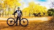 秋季骑行帅哥摄影图片