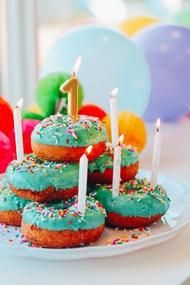 甜甜圈蛋糕蜡烛高清图片