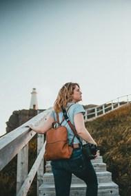 户外旅拍写真师美女图片
