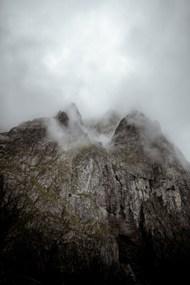 高山悬崖峭壁雾气图片素材