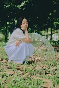 绿色小树林美女摄影图片