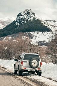冬季雪地行驶的越野车精美图片