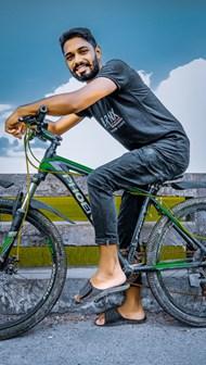 骑单车的阿富汗帅哥高清图片