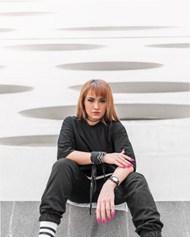 黑色T恤休闲裤欧美美女图片