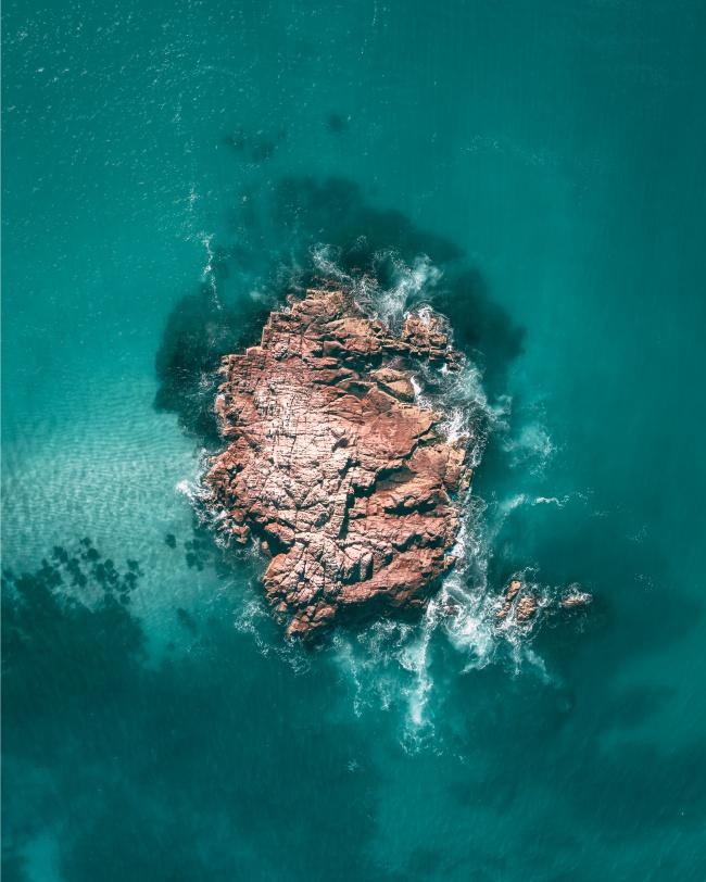 蓝色大海礁石图片