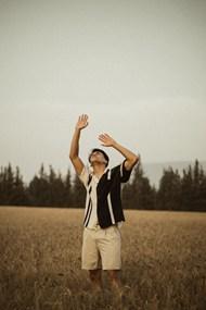 麦田仰望天空的帅哥图片素材