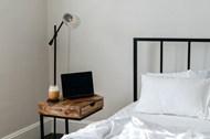 卧室铁架床铺床头柜精美图片