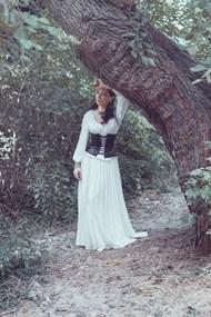 束腰白色长裙美女图片