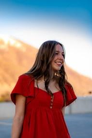 红色短袖裙装美女精美图片