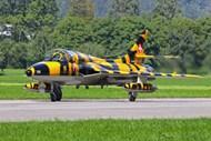 军用飞机停靠高清图片