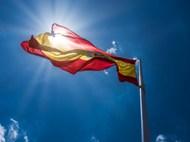 烈日下飘扬旗帜高清图片
