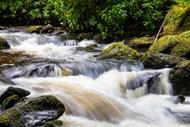 河流岩石瀑布高清图片