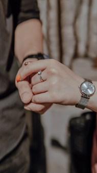 情侣双手紧握高清图片