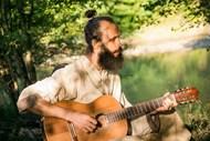 坐在草地上弹吉他的男人图片大全